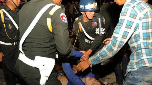 柬埔寨金边送水节发生踩踏事件 至少180多人死