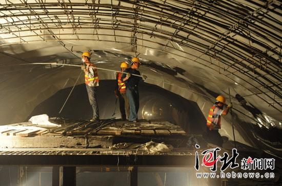 近日,承赤高速公路茅荆坝特长隧道(总长6764米)建设工地上工人们在进行支护作业。该段高速公路是国家高速公路网大(庆)广(州)高速公路(G45)的重要组成部分,建成后构成一条新的纵贯河北省南北的交通大动脉,它与京港澳、京沪高速公路三线并行,对加强京津冀与内蒙古、东北地区经济联系具有重要意义。河北日报记者金昌植摄