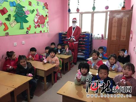 """栾城区小太阳幼儿园""""圣诞老人""""发礼物为小朋友庆圣诞"""